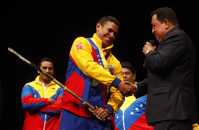 EN FOTOS: Rubén Limardo es condecorado por el Presidente Chávez y recibe  réplica de espada del Libertador – Alba Ciudad 96.3 FM