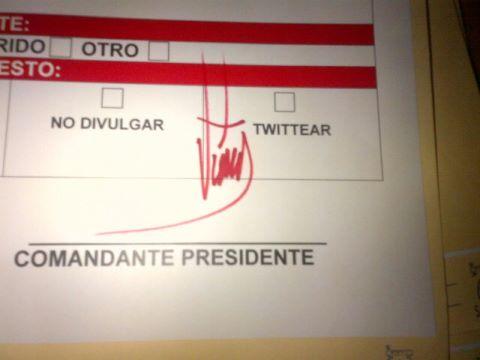 """Maduro mostró uno de los puntos de cuenta, firmado por la conocida """"rabo 'e cochino"""" del Presidente Hugo Chávez (Fuente: Cuenta de Twitter del ministro Ernesto Villegas)"""