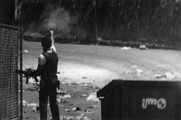 disparando_policias_barrio_19_de_abril_petare_270219891361898343