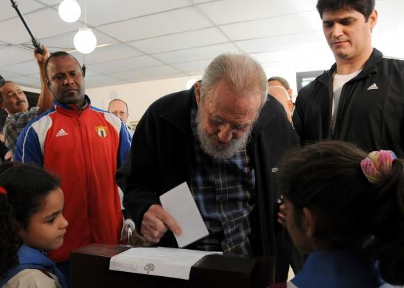 Fidel Castro vitando este domingo en las elecciones en Cuba (Foto: CubaDebate)