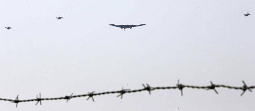 Bombardero B-2 (centro) vuela cerca de la base estadounidense Osan  en  Pyeongtaek, al sur de Seúl, Corea del Sur, este jueves 28 de marzo. Foto de agencias