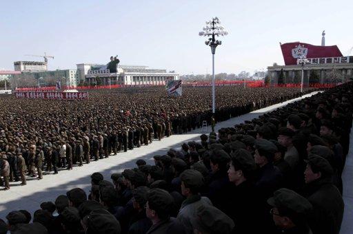 Decenas de miles de norcoreanos durante una manifestación en la plaza Kim II Sung en Pyongyang este viernes 29 de marzo, en apoyo al llamado de su  líder   Kim Jong Un a la defensa. Foto de agencias.