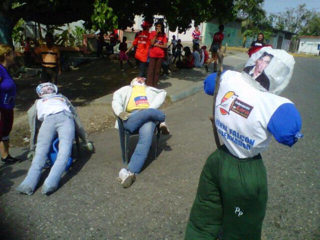 En El Carmen y Los Crepusculos, estado Lara, quemaron a Capriles, Henry Falcón y Alfredo Ramos. Foto: @CCHugoChavezIri