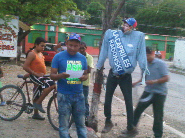 """Leen el testamento del Judas  Capriles en el estado Aragua, donde """"le deja un diccionario a la MUD para que enriquezca su vocabulario"""". Foto: @Noleris1972"""