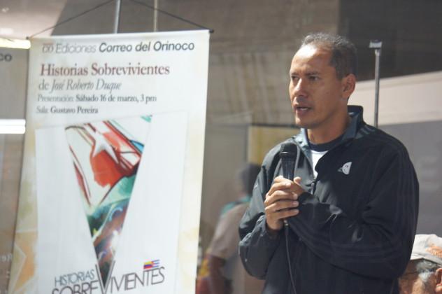 """Algunos de los asistentes a la presentación del libro """"Historias Sobrevivientes"""" de José Roberto Duque (Foto: L. Bracci)"""