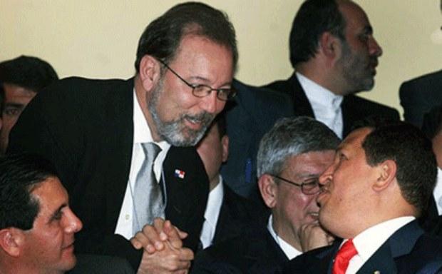 """La foto de Rubén Blades -en aquel momento ministro de Turismo panameño- saludando al Comandante Chávez, que Willie Colón tuiteó con la frase """"Sin palabras"""""""