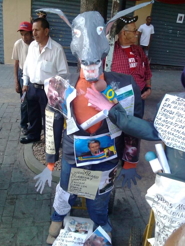 El burro Capriles exhibido este sábado en la Plaza Bolívar de Caracas. Foto: @Lubrio
