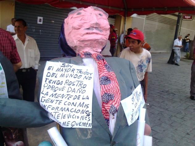 Un monigote representando a Miguel Henrique Otero, exhibido este sábado en la Plaza Bolívar de Caracas. Foto: @Lubrio