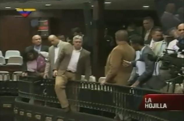 Desde el balcón del Parlamento algunos opsitores también incitaban a la violencia y grababan los hechos. Uno quería lanzarse a lo Bruce Willis.