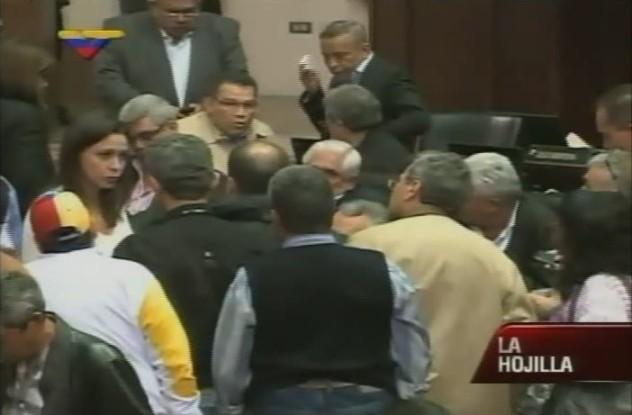 Antes de empezar los hechos violentos, los diputados opositores se reúnen.