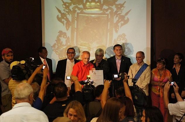 El destacado locutor Efraín Cortez recibió el premio Arístides Bastidas por su uso de redes sociales.