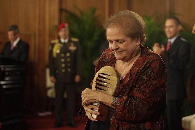 Cristina González, profesora universitaria de Comunicación Social y ex presidenta de Radio del Sur y YVKE Mundial, recibió un premio en la categoría Docencia