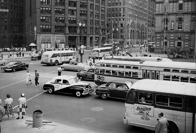 Detroit bullendo de actividad en sus días de esplendor: una imagen que hoy resulta extrañamente distante. (WunderPhotos)