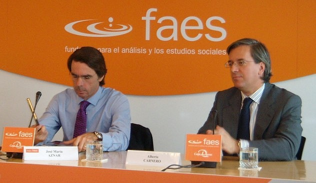 Alberto Carnero (der.) junto a José María Aznar en un evento del FAES en 2008. Foto: nicolasuriberuedav en Flickr