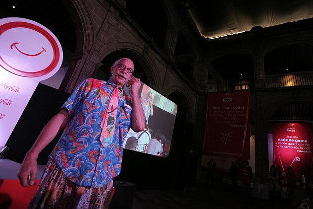 """PATCH"" ADAMS DICE QUE LA GENTE NO RÕE LO SUFICIENTE DEBIDO AL CAPITALISMO"