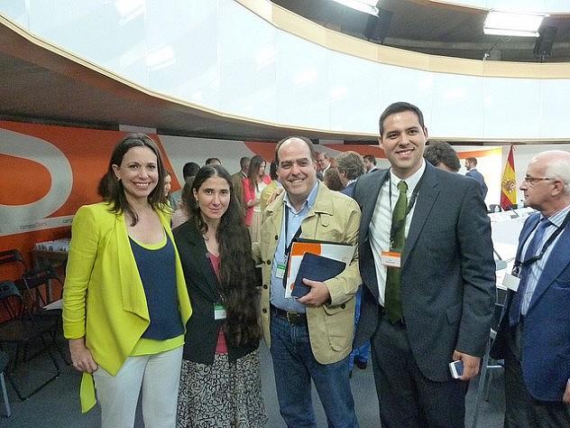 La diputada venezolana María Corina Machado, la anticastrista Yoani Sánchez, el diputadoJulio Borges y Yon Goicoechea, en el foro organizadopor FAES este 3 de julio. Foto divulgada en Twitter por Machado.