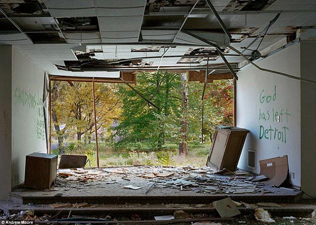 """Un asilo abandonado en cuyas paredes una pintada dice """"Dios ha abandonado Detroit"""""""