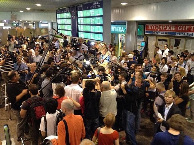 Imagen de agencias vía Twitter, de la conmoción en el aeropuerto moscovita