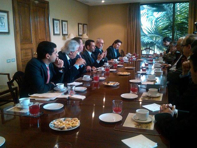 Capriles reunido con empresarios del diario El Mercurio este jueves.