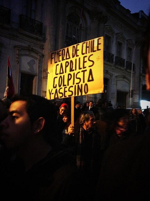 """""""Somos latinoamericanistas! Arriba la revolución Bolivariana! Abajo Capriles!"""", dice @jjcc_uchile al tuitear esta foto."""