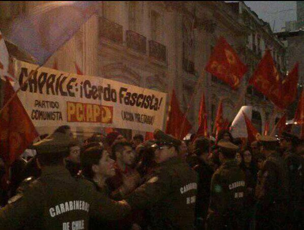 """""""Capriles cerdo fascista"""", dice una pancarta. Foto: @dragn007"""