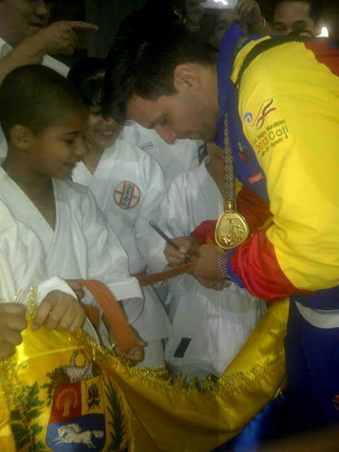 Niños de escuela de Karate Do recibieron al deportista de la especialidad Kata Antonio Díaz, en Maiquetía. Foto: @SVMI