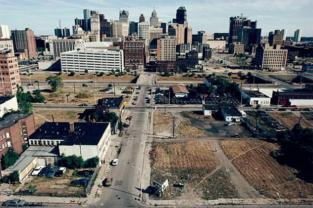 A principios de los 90, cuando fue tomada esta foto, el centro de Detroit ya mostraba un aspecto desolador. Hoy está todavía peor.