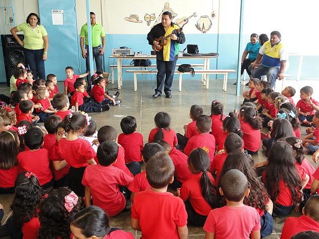 El luthier Yoel Luna explicando a niños y niñas cómo se toca el cuatro. Foto: MPPC