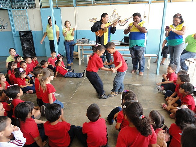 Niños y niñas bailando al compás de las cuatro cuerdas. Foto: MPPC