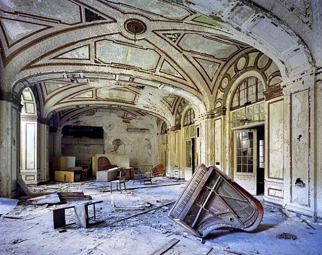 El salón de baile del Hotel Plaza, crudo retrato de la vanidad perdida de Detroit.