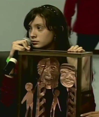 """Anabel Varela, de 13 años, y su escultura """"Juventud Bicentenaria"""""""