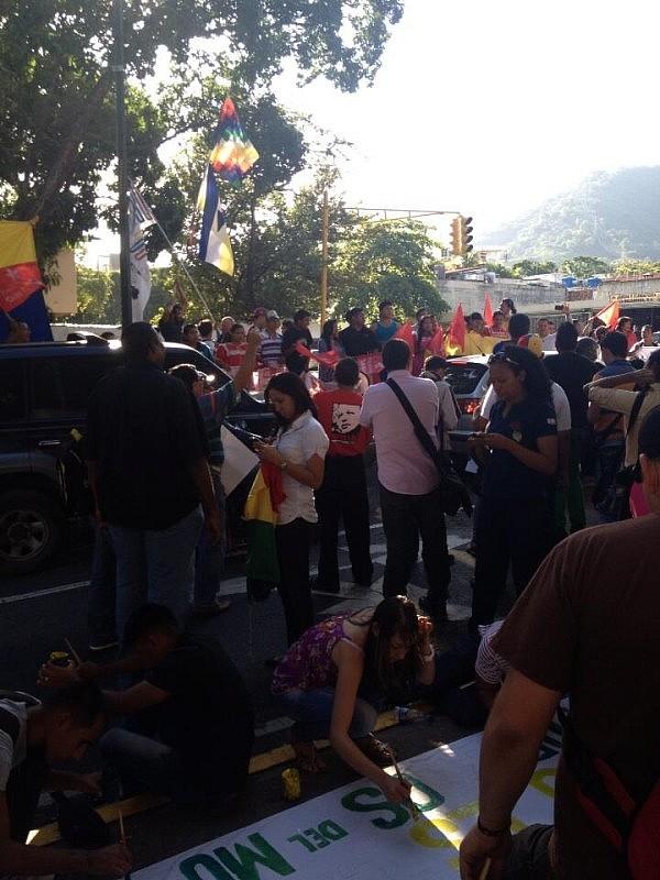 En la embajada de Bolivia en Caracas. Foto: @HeridoDeVida