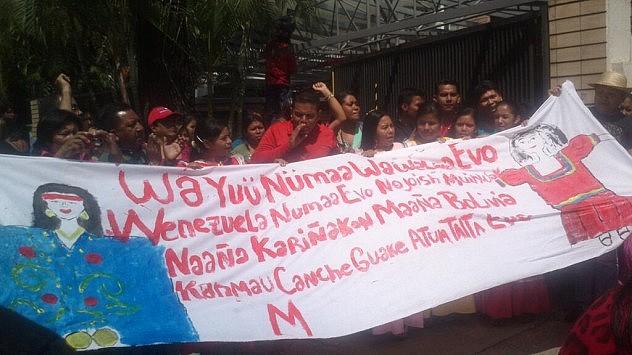 En la embajada de Bolivia en Caracas. Foto: @JuventudPSUV