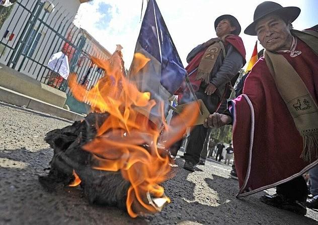 En la embajada de Francia en Bolivia quemaron banderas del país galo. Foto: Agencias