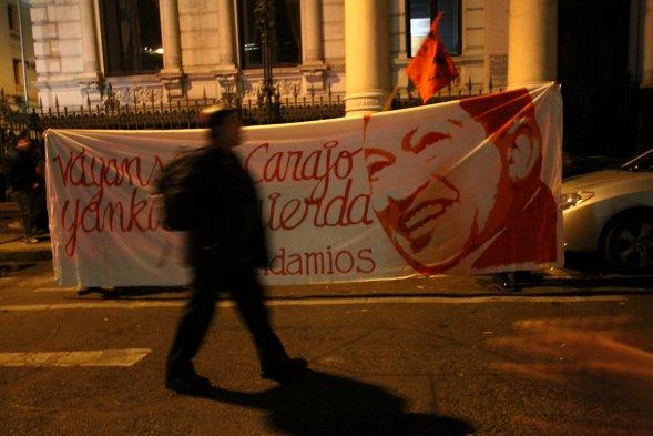 """""""Váyanse al carajo, yanquis de mierda"""" dice esta pancarta. Foto: Cooperativa.cl"""