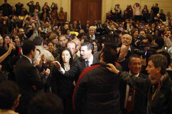 En el interior del Ex Congreso chileno, unos trescientos partidarios de Capriles esperaban para una reunión con él. Foto: Cooperativa.cl