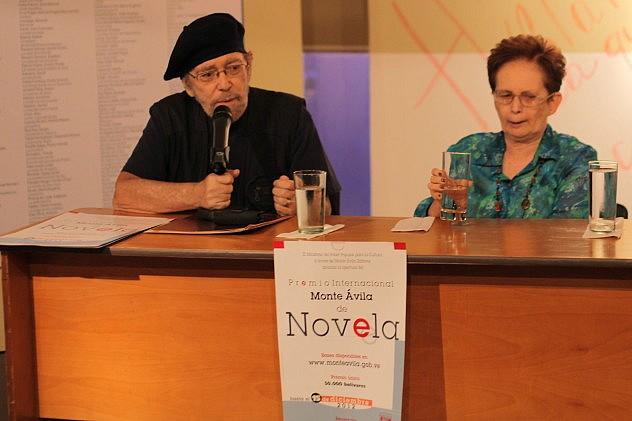 El presidente de Monte Ávila Carlos Noguera (izq.) y Judith Gerendas, miembro del jurado.