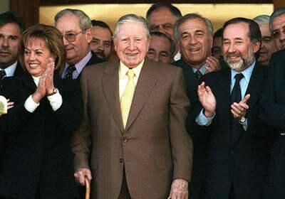 Jovino Novoa (der.) con Augusto Pinochet (centro)