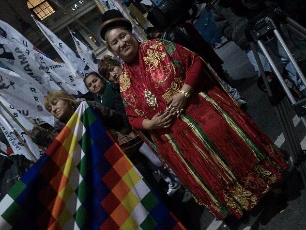 En la embajada boliviana en Francia. Foto: @conlaluzdelsol