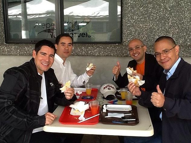 Winston Vallenilla, Dante Rivas, Miguel Angel Pérez  Pirela y Ernesto Villegas comiéndose una arepa este lunes.