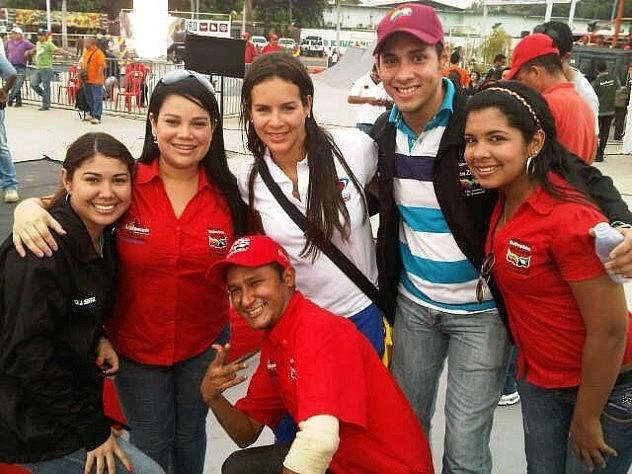 La ministra Benítez con el equipo de FundaLossada (Programa de becas estudiantiles FundaLossada. Adscrito al Gobierno Bolivariano del Estado Zulia).
