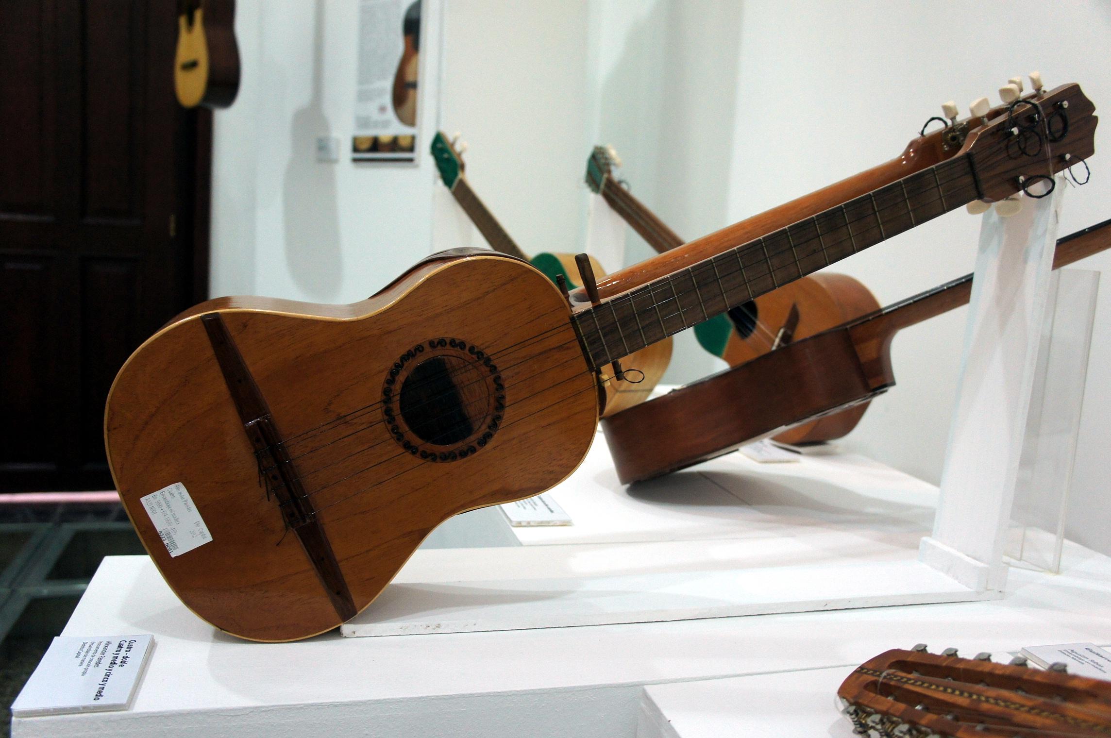 En fotos la exposici n al ritmo del cuatro y al son de for Casa amarilla instrumentos