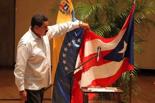 Manipulan con el momento en el que Maduro toma la bandera de Puerto Rico (Foto vía Correo del Orinoco)