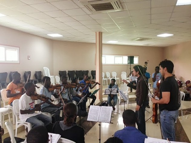 Profesores venezolanod dictan  clases a músicos angoleños