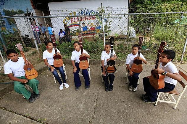 Niños tocando cuatro,  proyecto Alma Llanera en el estado Guárico