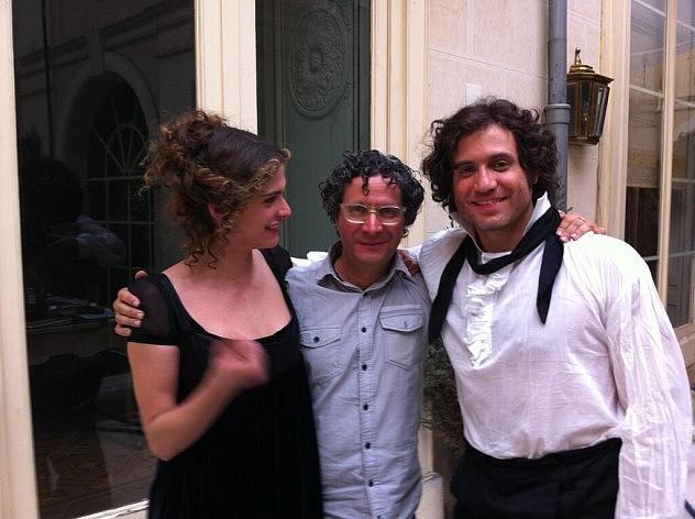 La actriz Elisa Sednaoui publicó esta foto el lunes en la mañana en su Twitter con Alberto Arvelo y Edgar Ramírez.