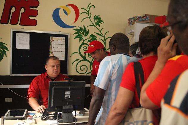 El propio ministro Iturriza colaboró en el censo. Foto: Prensa MPPComunas