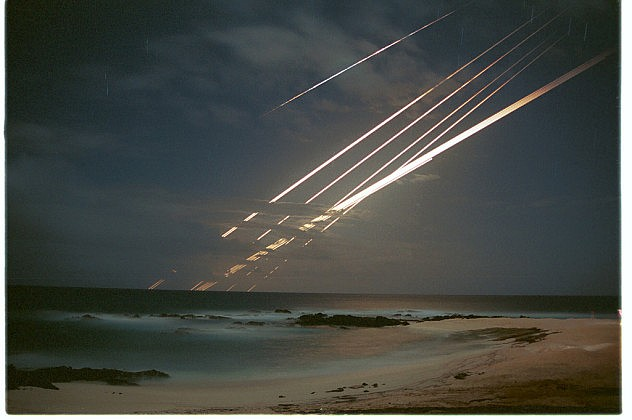 Foto de larga exposición, tomada en 1985 por Dave Thurlow, de una prueba de misiles desde un submarino, tomada desde la isla Ascensión. La foto tuvo una exposición de 30 minutos.