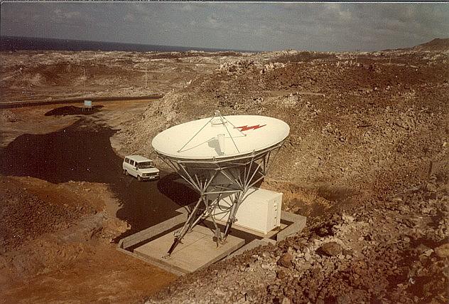 Foto de una antena siendo instalada en 1985. Supuestamente es una antena receptora satelital para la BBC, que permite captar la senal de la radio y retransmitirla a través de antenas de 250 kW, con el fin de que la radio de BBC se escuche en África. Foto:  Dennis