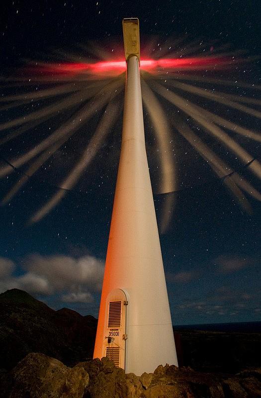 Foto de larga exposición de una turbina eólica de 900 kW y unos 30 metros de altura, que alimentan el Grupo de Operaciones 45 de la Fuerza Aérea estadounidense en la isla Ascensión. Foto: Lance Cheung